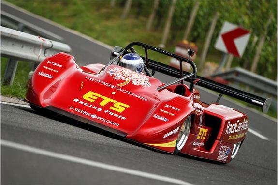 Dež krojil dirko na Gorjancih in za zmagovalca okronal dirkača v starodobniku Stefana Di Fulvia!